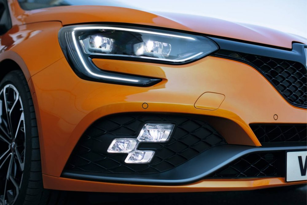 2018-renault-megane-rs-official-chequered-flag-fog-lights.jpg